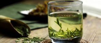 стакан с зеленым чаем