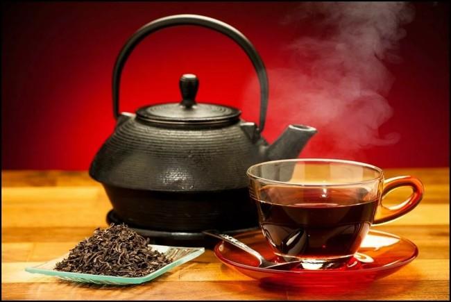 заварник с черным чаем