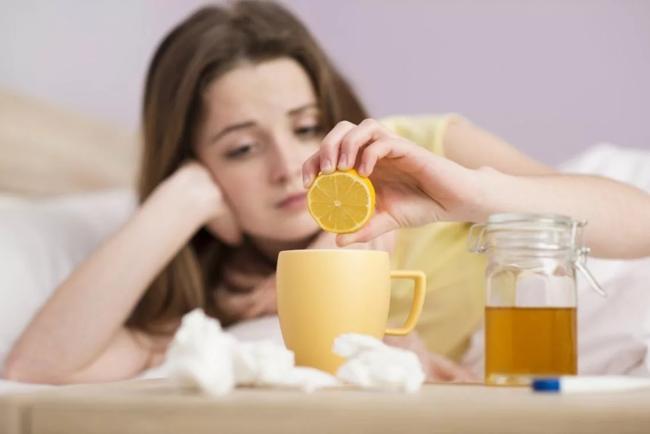 девушка выжимает лимон в чай
