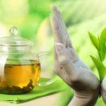 заварник зеленого чая и женские руки