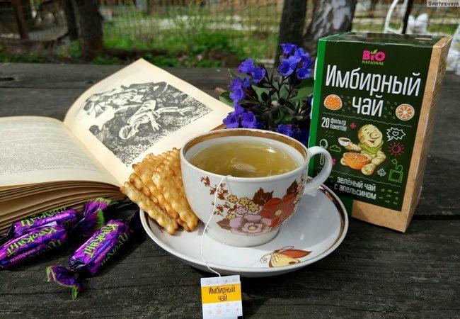 чашка имбирного чая с печеньем