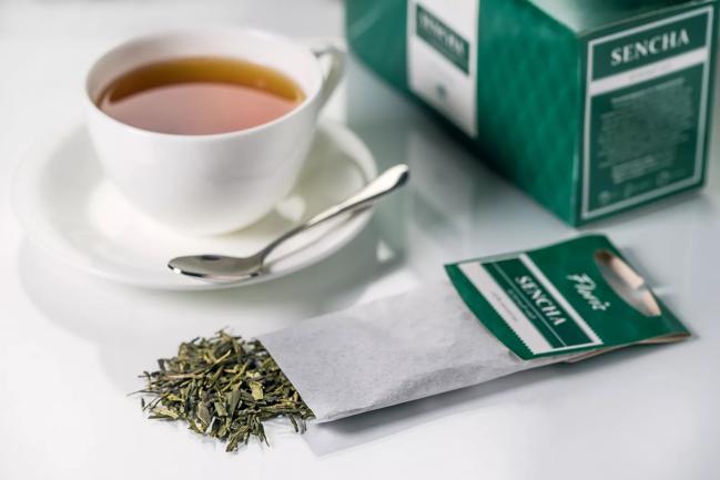 чашка зеленого пакетированного чая
