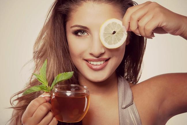 девушка с чашкой зеленого чая