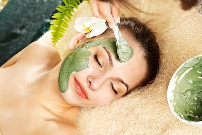 девушка с маской из зеленого чая