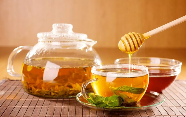 наливаем мед в чай