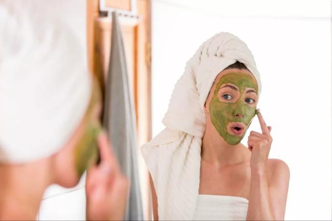 женщина с маской на лице