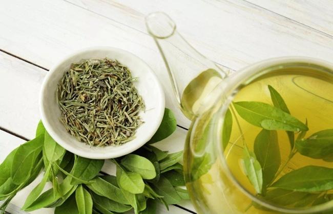 зеленый сухой чай в пиале